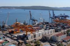 Vladivostok is de grootste haven van Rusland voor overslag van visproducten in de Russische Federatie