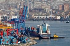 Pelabuhan Vladivostok menarik kargo
